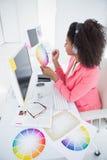 Tillfällig grafisk formgivare som arbetar på hennes skrivbord Royaltyfri Fotografi