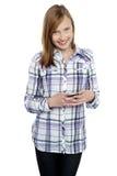 Tillfällig teen flickamessaging henne vänner Fotografering för Bildbyråer