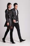 Tillfälliga par som går rymma tillsammans händer Royaltyfria Bilder