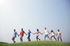 Tillfälligt folk för grupp som tillsammans utomhus går begrepp Royaltyfria Foton