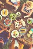 Tillfälligt folk som tillsammans utomhus äter begrepp Arkivfoto