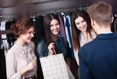 Tillfälligt möte för vänner i shoppa Royaltyfria Bilder