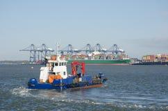 TillflyktsortHornbillanti--förorening skepp i den Harwich hamnen som heading till Flexistowe Arkivbild