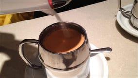 Tillfoga socker för att mjölka te arkivfilmer
