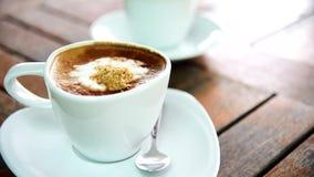 Tillfoga socker till varmt kaffe arkivfilmer