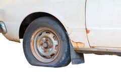 Tillfogar det plana gummihjulet för hjulet av det gammalt för bil som isoleras på vit bakgrund, och den snabba banan med kopierin Royaltyfria Bilder