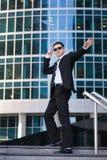 Tillfredsställd affärsman som vinkar hans hand som står på royaltyfria bilder