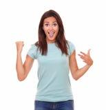 Tillfredsställd enkel kvinna som skriker hennes seger royaltyfria bilder