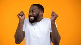 Tillfredsst?lld extremt lycklig Afro--amerikan man, jackpott som segrar, lycka och f?rm?genhet royaltyfria foton