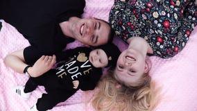 Tillfredsställd fader och moder som spelar med det gulliga lilla barnet arkivfilmer