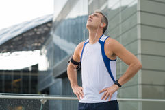 Tillfredsställd idrottsman nen Resting arkivbilder