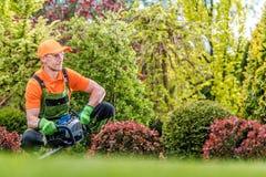 Tillfredsställd trädgårdsmästare i en trädgård arkivbilder