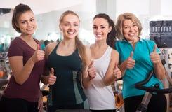 Tillfredsställda kvinnor i den moderna idrottshallen för kvinnor Royaltyfri Bild