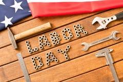 tillgänglig vektor för dagmapparbete amerikanska flaggan Olika hjälpmedel på träbakgrund Arkivbild