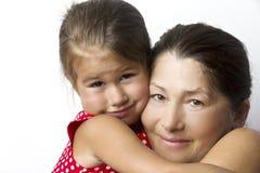 Tillgiven farmor och hennes gulliga lilla sondotter Arkivfoton