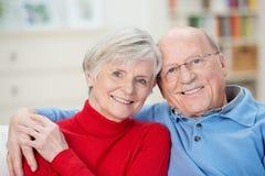 Tillgivna attraktiva åldringpar royaltyfria foton