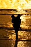 tillgivna flickor silhouette två Arkivfoto