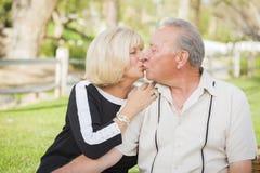 Tillgivna höga par som kysser på parkera Royaltyfri Bild