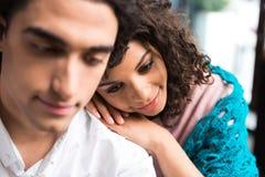 Tillgivna par som omfamnar med fondness royaltyfria bilder