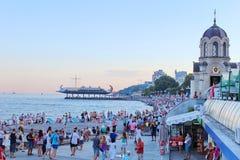 Tillgripa folk på det offentliga Pebblet Beach nära Black Sea i Alushta, Ukraina Arkivfoton