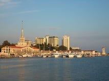 Tillgripa Sochi, Ryssland, skeppen på marina och staden Arkivbild
