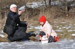 Tillsammans farsa som spelar med barnet utomhus Arkivbild
