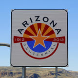Tillstånd av det Arizona vägmärket på statsgränsen Arkivfoton