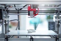 Tillstånd-av--konst 3D skrivare som skapar en ny modell 3D Arkivbild