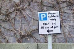 Tillståndhållare som parkerar endast teckenstolpen på väghuvudvägen Arkivfoto