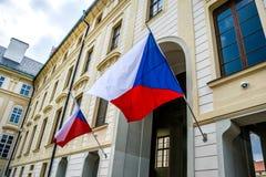 Tillståndsflaggor av Tjeckien på ingången till byggnaden av presidenten av Tjeckien Royaltyfria Bilder