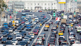 Tilltäppt väg med massor av bilar Arkivfoto