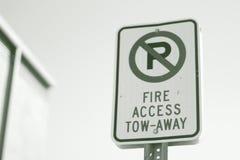 Tillträde för brand för gatatecken att bogsera bort ingen parkering fotografering för bildbyråer
