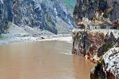 Tillträde för Hutiao klyfta (Hutiaoxia) av Jinsha River Arkivbild