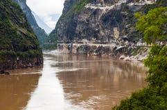 Tillträde för Hutiao klyfta (Hutiaoxia) av Jinsha River Arkivfoton