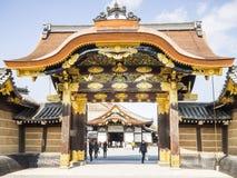 Tillträde till den Nijo slotten Arkivfoto