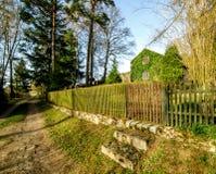 Tillträde till den trevliga trädgården med stugan, Tjeckien Royaltyfri Foto