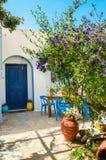Tillträde till det typiska grekiska huset Royaltyfria Foton