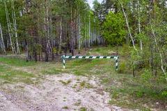 Tillträdeet förbjudas, är blir barriären stängd och i skogen, och jakt förbjudas royaltyfria foton