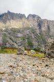 Tillträdeet till campa område nära sockel av höjdpunkten vaggar royaltyfria foton