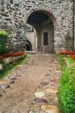 Tillträdesbåge till den medeltida byn Royaltyfri Fotografi