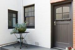 Tillträdesfarstubron och ytterdörren av en art déco utformar lägenheten fotografering för bildbyråer