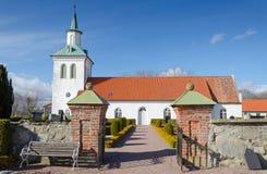 Tillträdesväg till den svenska lilla kyrkan Arkivbild