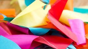 Tilltrasslad skrynklig färgglad bunting, bakgrund arkivbild
