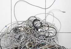 Tilltrasslade datortrådar på golv Arkivbilder