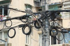 Tilltrasslade kraftledningar i snabbt - växande Shanghai arkivbilder