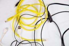 Tilltrasslade trådar och kablar för hem- elektroniskt Arkivfoto