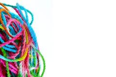 Tilltrasslat garn, tilltrasslade färgrika sömnadtrådar på vit fotografering för bildbyråer