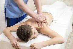 Tillvägagångssätt av den medicinska medicinska massagen för sportkropp Royaltyfri Foto