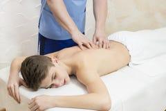 Tillvägagångssätt av den medicinska medicinska massagen för sportkropp Arkivfoton