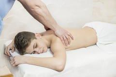 Tillvägagångssätt av den medicinska medicinska massagen för sportkropp Royaltyfri Bild